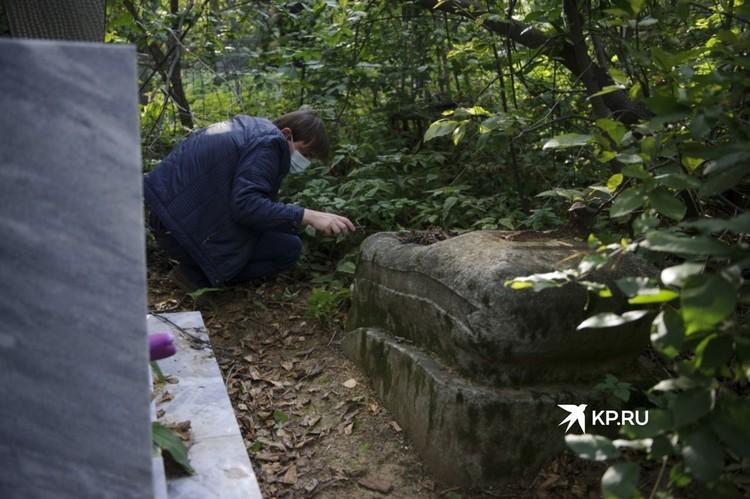 На некоторых надгробиях XIX века невооруженным глазом очень сложно разобрать, какие именно слова вырезаны в камне.