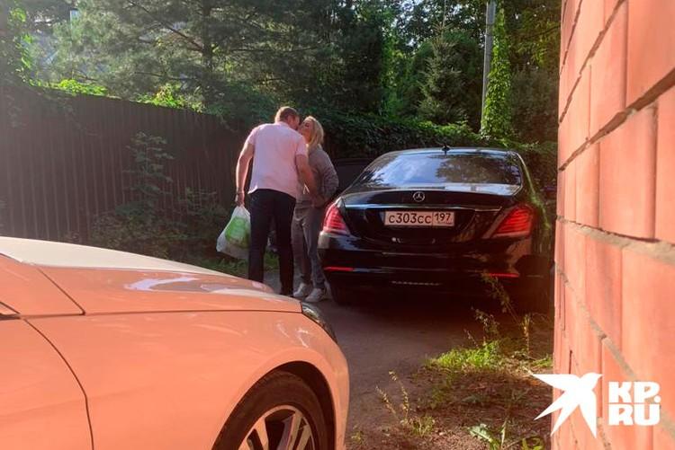 В объективы народных папарацци даже попал их поцелуй у машины.