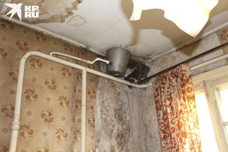 Потолок в аварийной квартире.