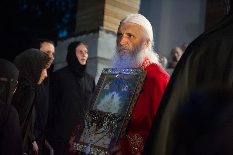 Отец Сергий продолжает незаконно удерживать монастырь, даже после того, как его отлучили от Церкви