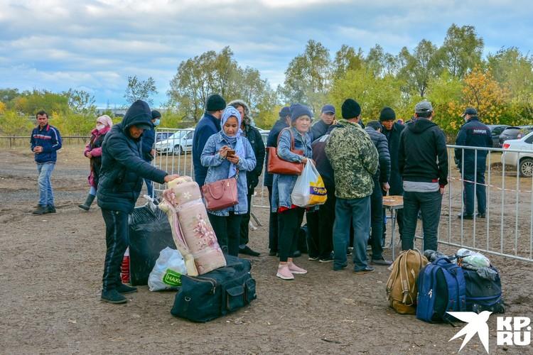 Из лагеря уезжают, но вновь прибывают очередные мигранты.