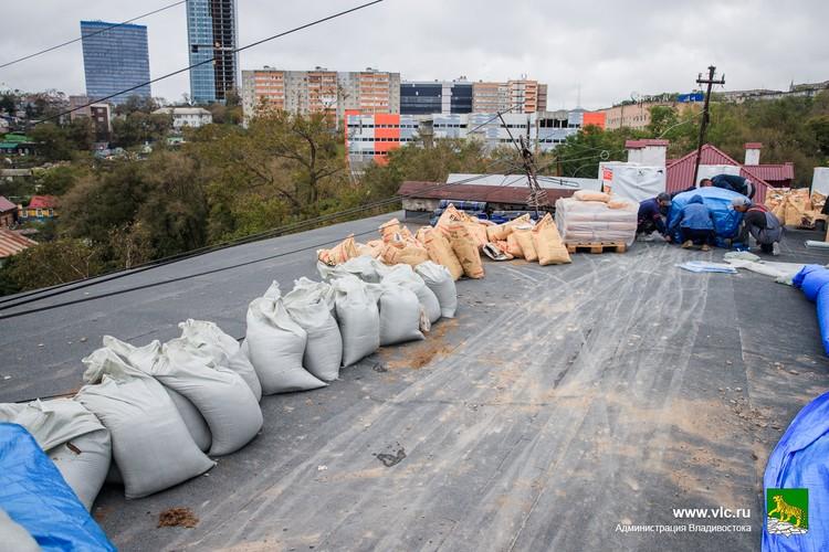 Крышу на Черемуховой после тайфуна решили не латать, полностью перестелить. Фото: Евгений Кулешов