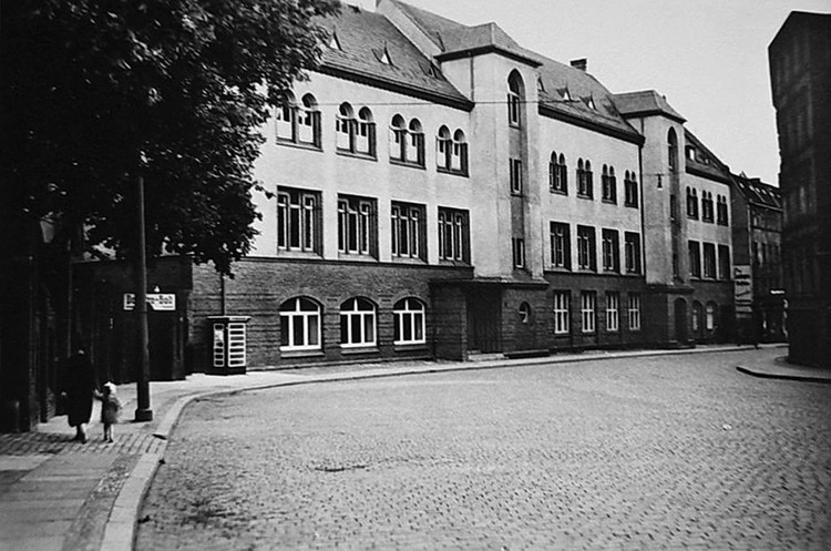После того, как в 1930-х были убраны «архитектурные излишества», здание обрело вид, похожий на нынешний.