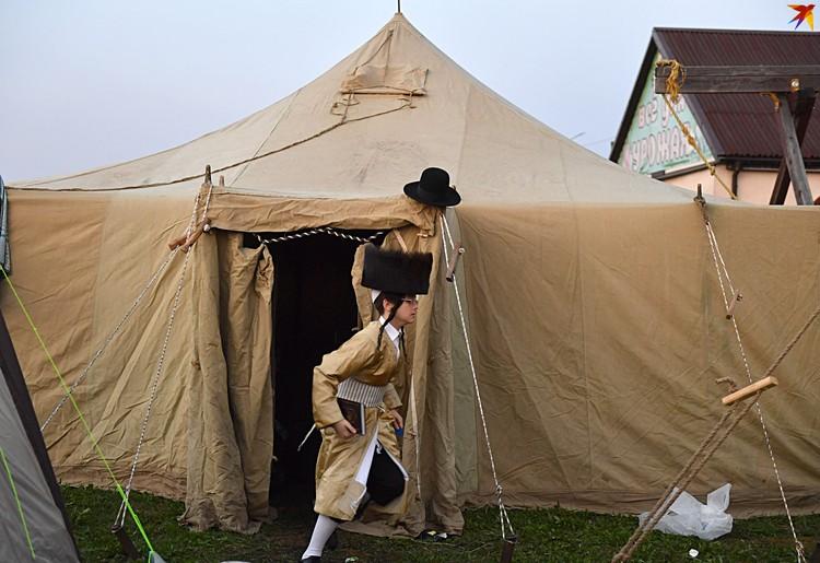 Палатки ставили пограничники и МЧС.