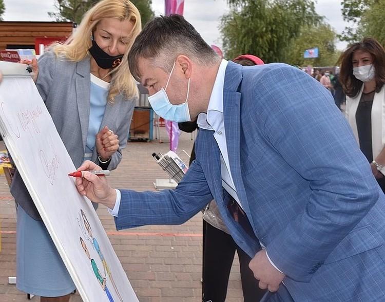 Глава администрации оставил свои поздравления для ростовчан на интерактивной доске.