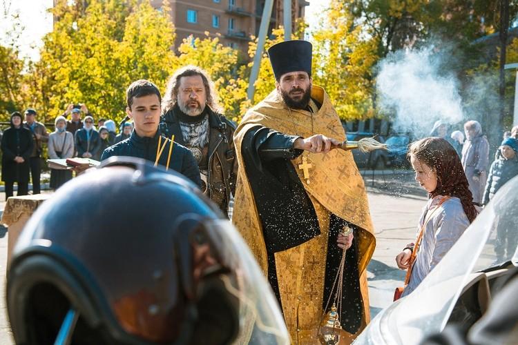Байкеры приходят ежегодно, чтобы проехать колонной по городу, помолиться. Фото: Ксения ОСАДЧАЯ