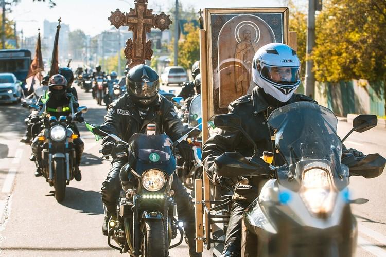 Колонна байкеров едет по улицам Иркутска. Фото: Ксения ОСАДЧАЯ