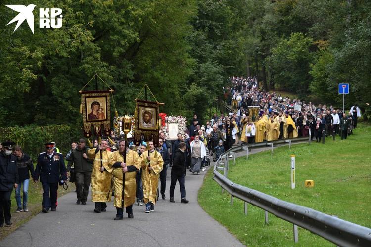 Шествие завершилось в Усово, у храма Спаса Нерукотворного Образа, где мы утром уже стояли молебен.