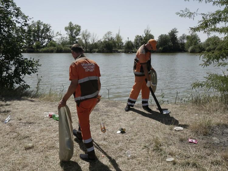 Сотрудники мусороуборочной компании навели порядок на берегу водоема. Фото: Влад Захаров.