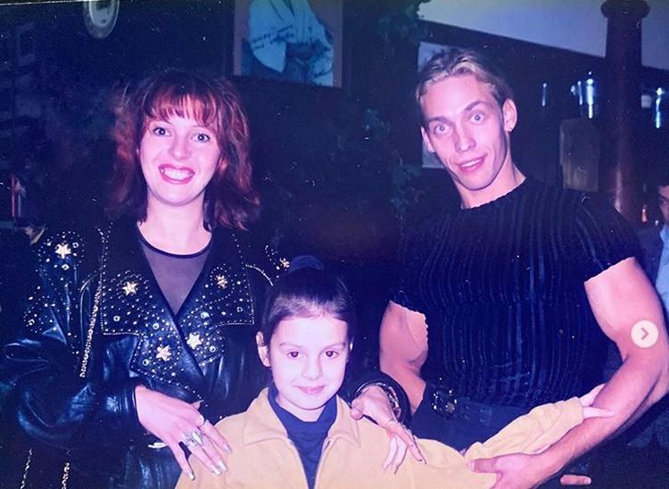 Наталья Штурм поделилась архивным снимком, на котором она снята вместе с дочкой Леной и Сергеем Глушко.