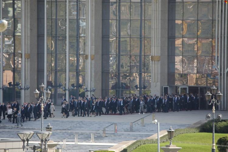 Около полудня центральный вход во Дворец независимости распахнулся