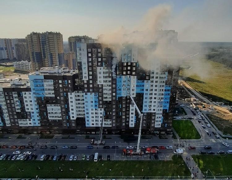 Огонь тушили с высотных подъемников. Фото: vk.com/chystoenebo / Роман Песков