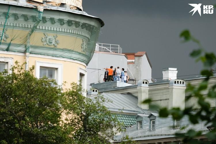 Порой на одной крыше умещается около сотни человек