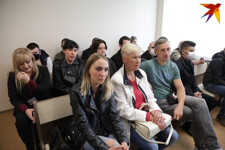 Второй - Владислав Евстигнеев (на фото на первой скамейке в майке), под домашним арестом