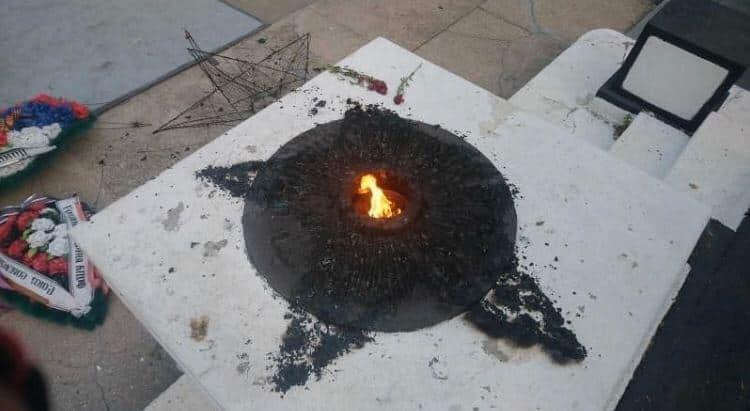 Звезду положили прямо в Вечный огонь, осталась гарь. Фото: Ксения Якубец