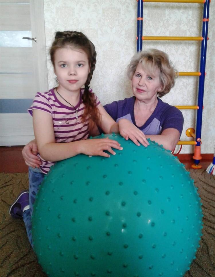 Реабилитация поможет девочке разработать руку и лучше ходить. Фото: личный архив.