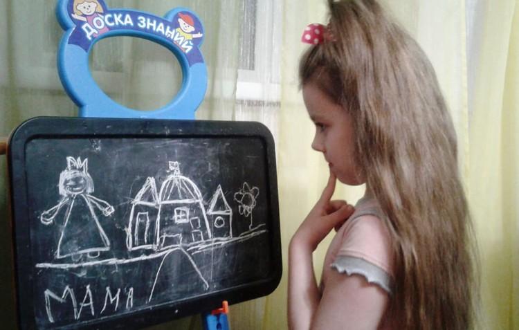 Арина справляется с домашним обучением. Фото: личный архив.