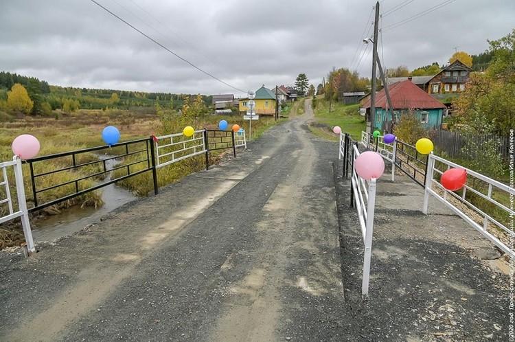 Блогер обратил внимание, что на мосту огородили часть для пешеходов, но не предусмотрены тротуары. Фото: пресс-служба мэрии Нижнего Тагила