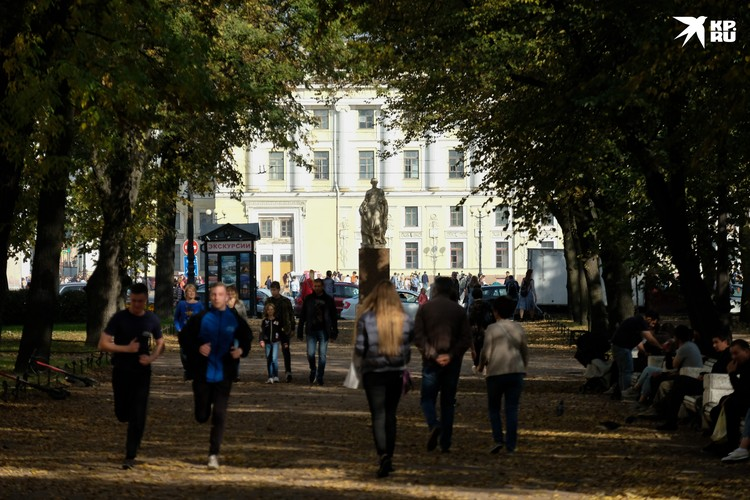 По аллее сада можно пройти от Дворцовой площади до Исаакиевской.
