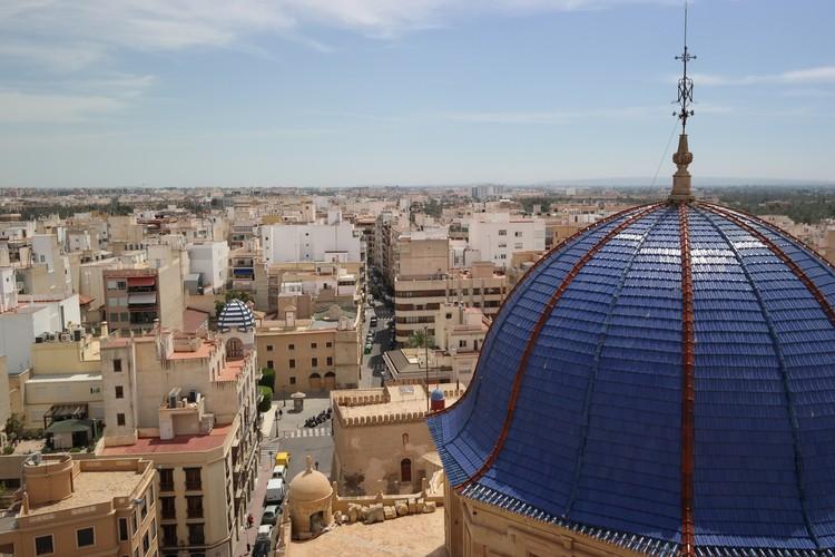 Вид на город с башни базилики Санта-Мария. Поднятья наверх можно за 2 евро.