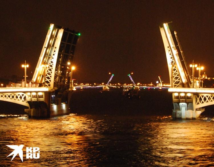 """""""Мустай Карим"""" - единственный круизник, которому разрешено проходить под разведенными мостами на Неве."""