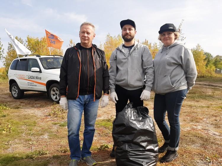 Сотрудники официального дилера LADA «Автоцентр на Заводском» присоединились к уборке.