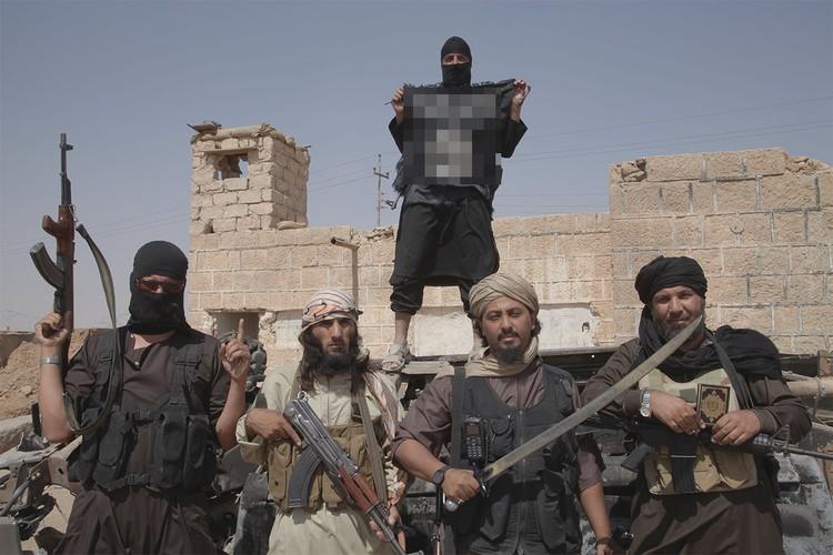 """Бойцы """"Исламского государства"""" (организация запрещена в РФ) на границе Ирака и Сирии, июль 2014 г."""