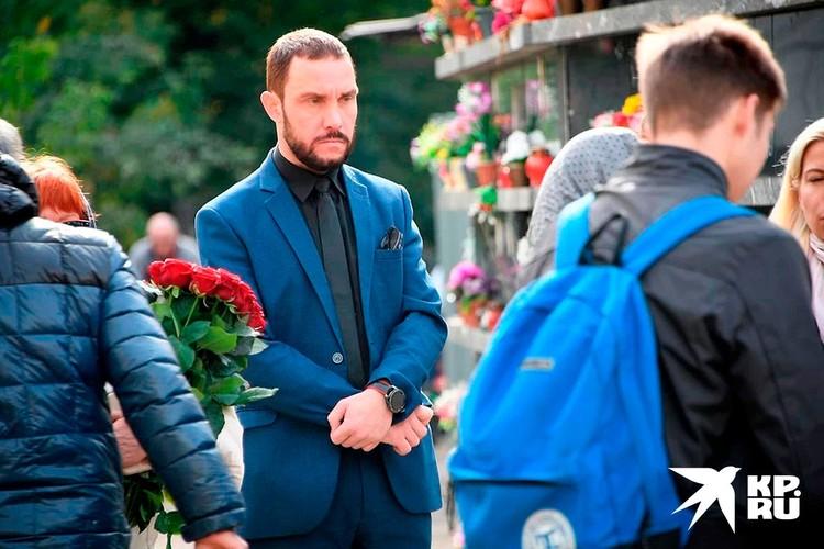 Михаил на похоронах держался отстраненно.