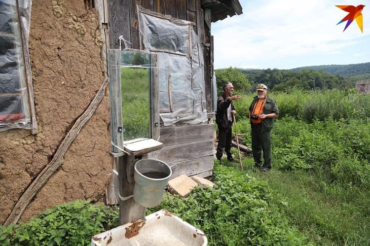 Казак Александр Селютин(справа) с жителем хуора