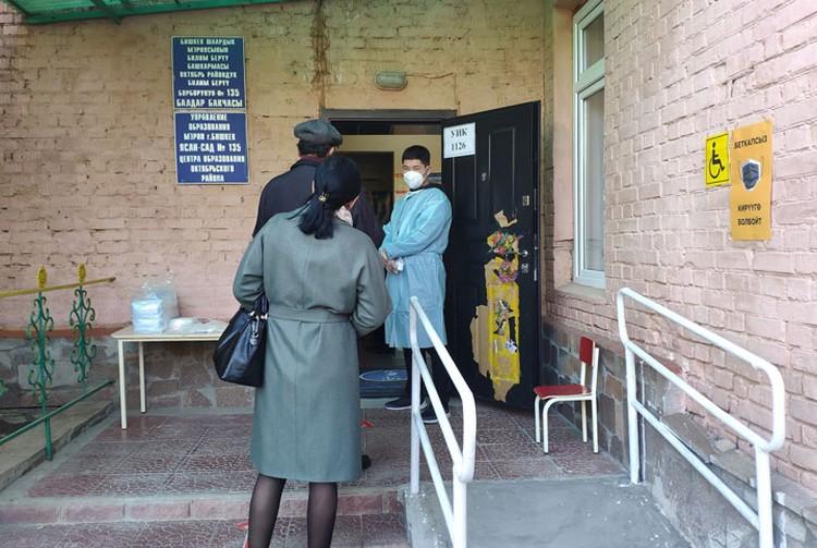С утра на избирательных участках было относительно свободно. В помещение избирателей пропускали только в перчатках и масках.