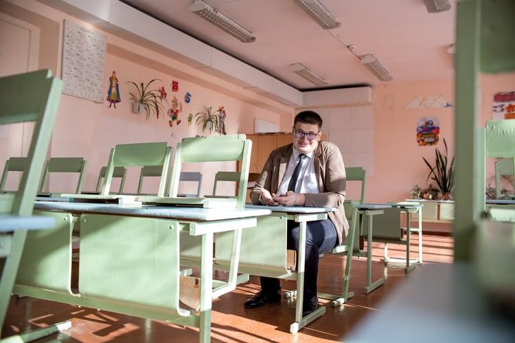 В этом кабинете, сидя за этой партой, Дмитрий захотел стать учителем.
