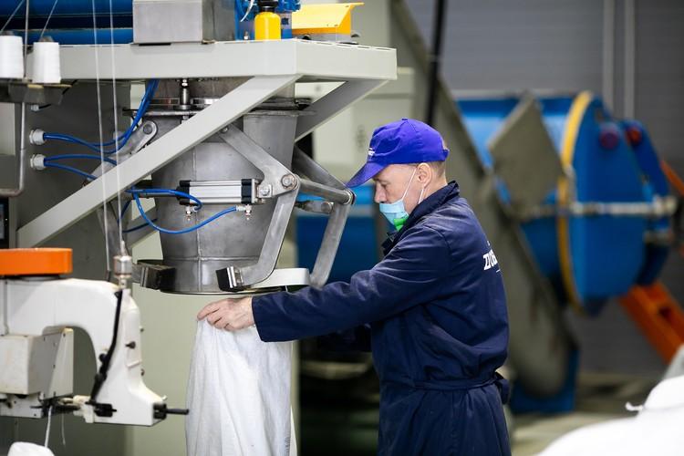 Из отходов прямо на заводе изготавливают рыбную муку. Фото: Александр Хитров