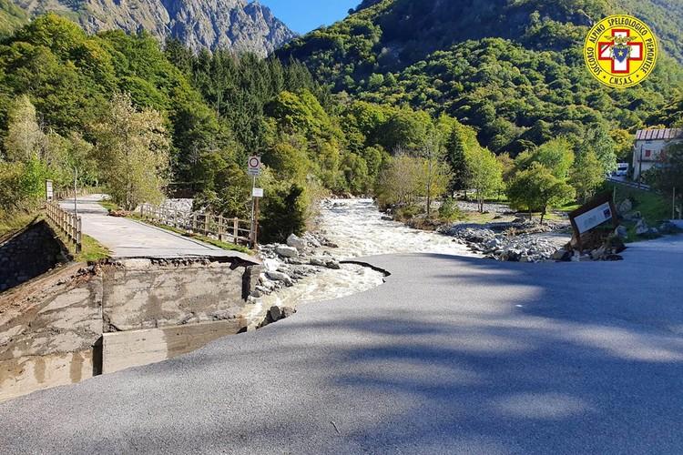 Размыты мосты, дороги, люди оторваны от цивилизации – они находятся без воды, света и связи.