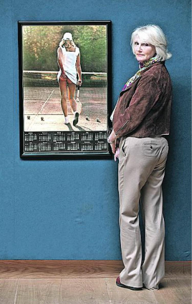 Фиона Батлер спустя годы на фоне своего исторического снимка. Фото: FOTODOM /Shutterstock