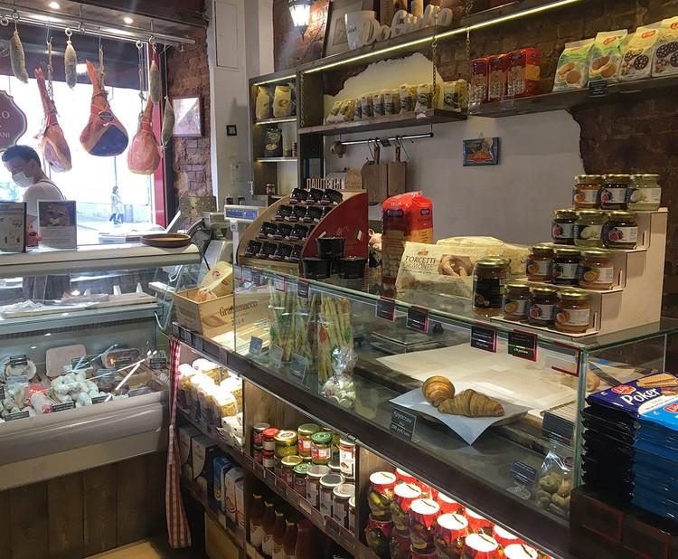 """Магазинчик совсем небольшой, но при этом в нем находится своя """"маленькая Италия"""". Кулинарная."""