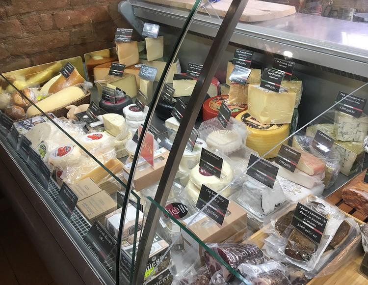 Цены на сыр (например, пармиджано) начинаются от 1700 рублей за килограмм.