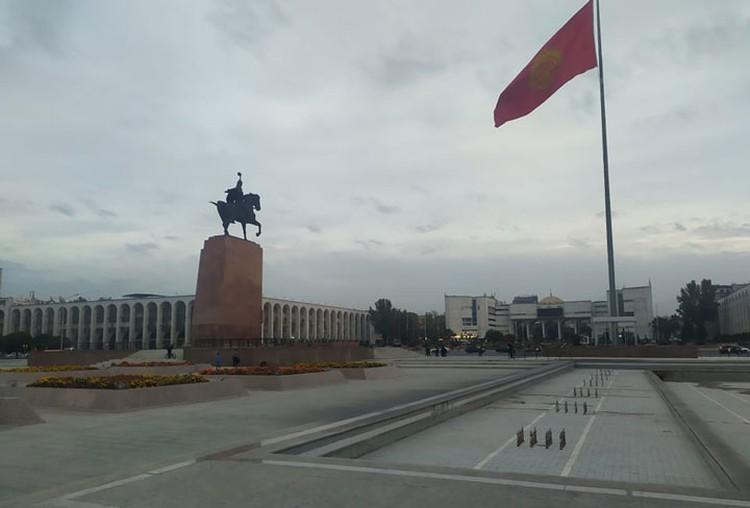 Центральная площадь сегодня пуста. Митинг переместился к Дому правительства.
