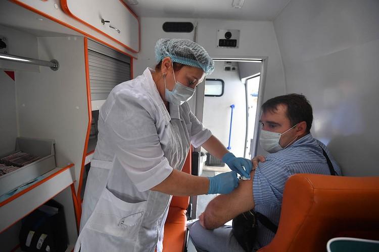 Во время государственной прививочной кампании от гриппа, которая стартовала в сентябре, в большинстве регионов России жителям предлагают бесплатные отечественные вакцины Совигрипп и Гриппол Плюс.