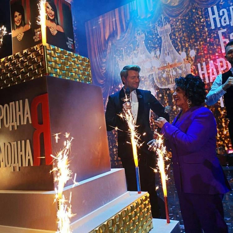 Вынос многоэтажного торта тамада Басков сопроводил трогательном тостом о драгоценной душе Бабкиной.