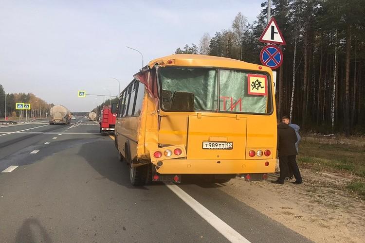 Автобус получил повреждения сзади.