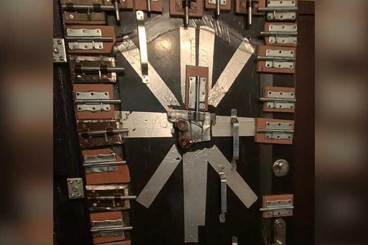Дверь в квартиру увешана десятками шпингалетов - для безопасности