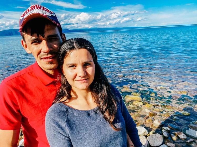Настя и Дима много путешествуют. Очень хотят сами посмотреть страну, которую им никто не показывал