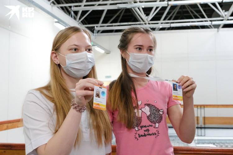 Волонтеры носят специальные бейджи, чтобы пациенты знали, за какой помощью следует к ним обращаться