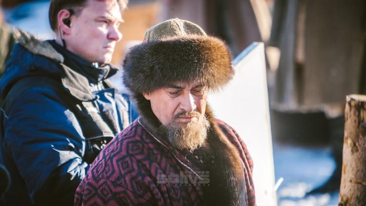 Зрители увидят также не попавшую в полный метр роль Ходжи Касыма, исполненную Камилем Лариным. Фото: кинокомпания «Solivs»