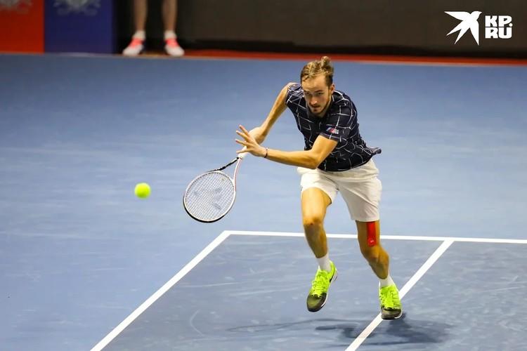 После проигрыша Медведев от злости сломал ракетку.