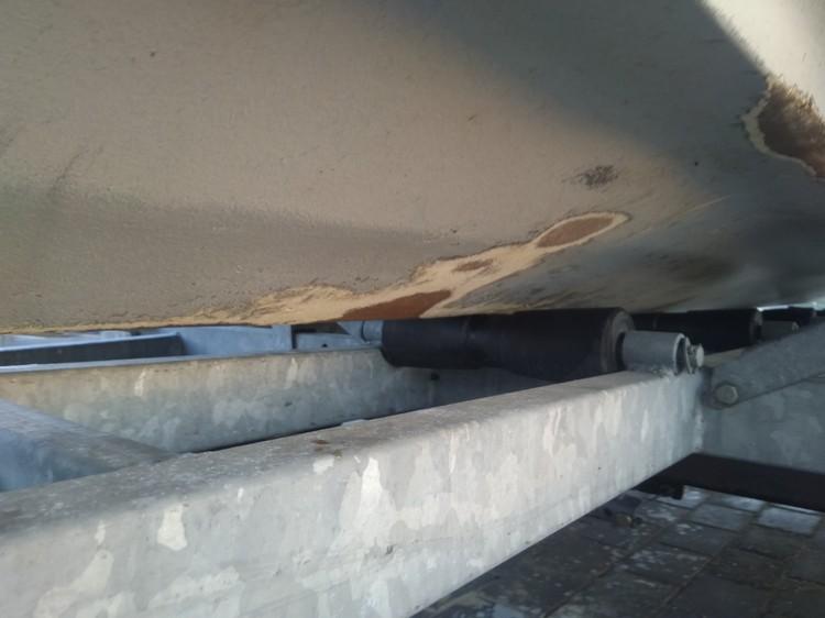 Пробоину, которую обнаружили на катере, судно получило в тот момент, когда его волной выкинуло на берег