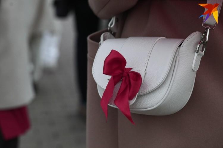 Некоторые из девушек украсили лентами свои белые сумочки