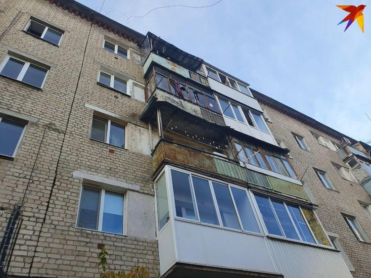 Малышек сбросили с четвертого этажа