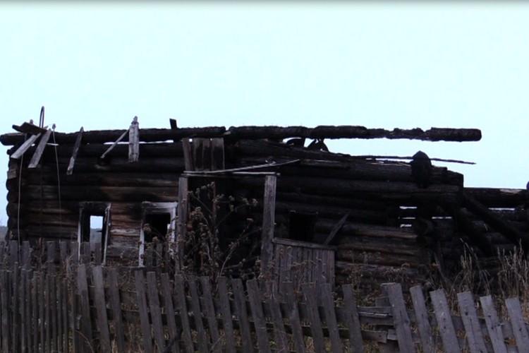 Это все, что осталось от дома, где жила многодетная семья. Фото: ГУ МЧС России по Пермскому краю.