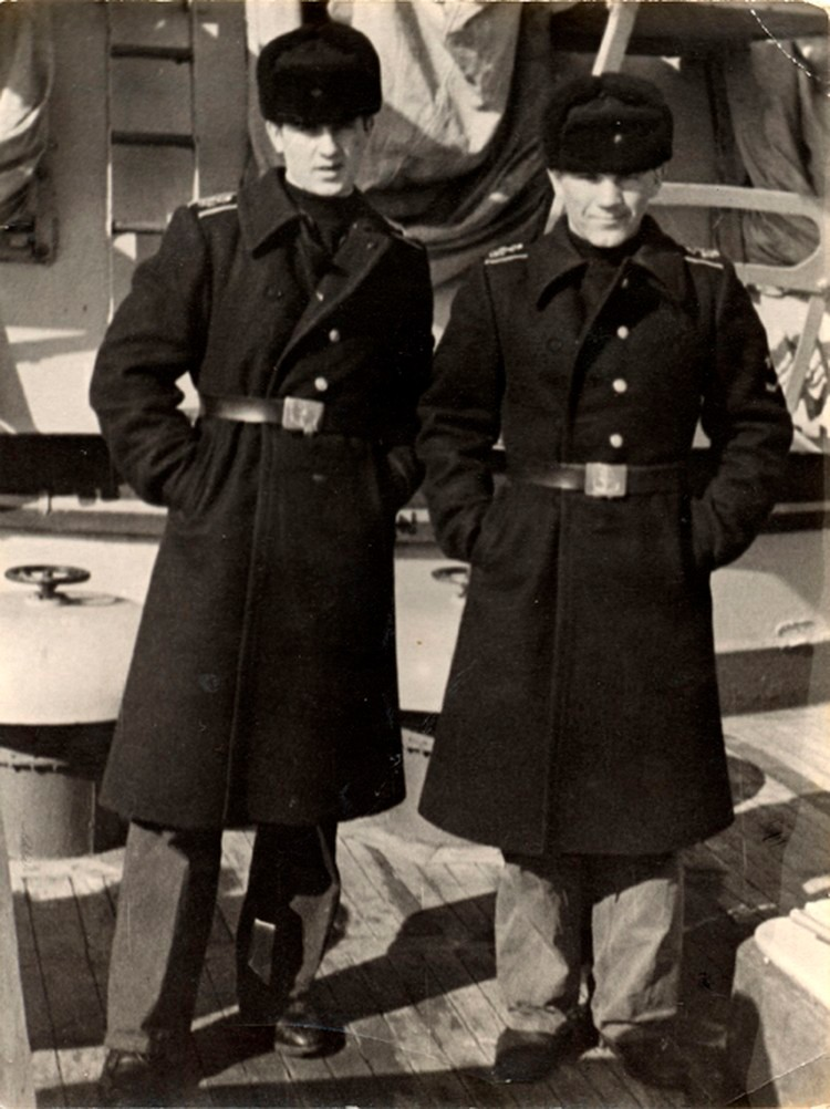 1976 год. Курсанты военно-морского училища Константин Сиденко (слева) и Сергей Кубынин. Первому суждено было стать адмиралом. А второго после ЧП выжили с флота. Фото: Wikimedia Commons